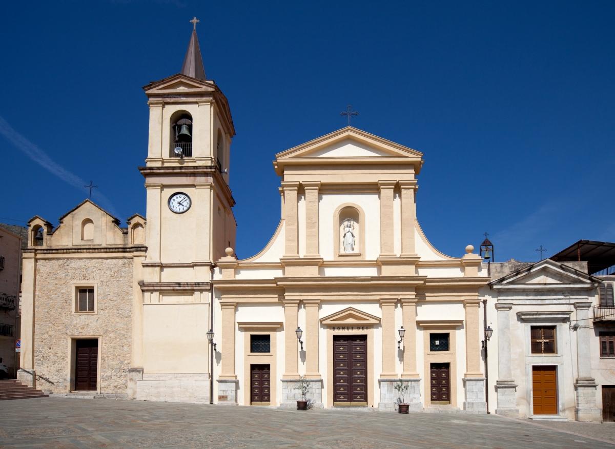 Chiesa Madre dell'Immacolata con a sinistra l'Oratorio del sacramento e a destra l'Oratorio della Madonna del Rosario
